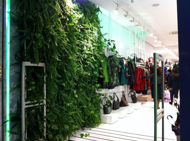 Pared vegetal interior tienda Skunkfunk Bilbao