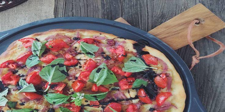 Karamelize soğan ve taze fesleğenli vegan pizza-  #VeganPizza #YemekTarifi