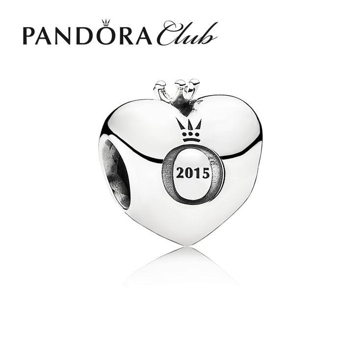 Pandora bedel zilver 'Club-bedel met 'O' symbool' 791702D. De zilveren hartvormige Pandora-club bedel met Diamant is de kroon op jouw armband. Deze bedel is een limited edition en is een echt collectors item. De bedel is gegraveerd met '2015' en Pandora's gekroonde 'O' symbool. https://www.timefortrends.nl/sieraden/pandora.html