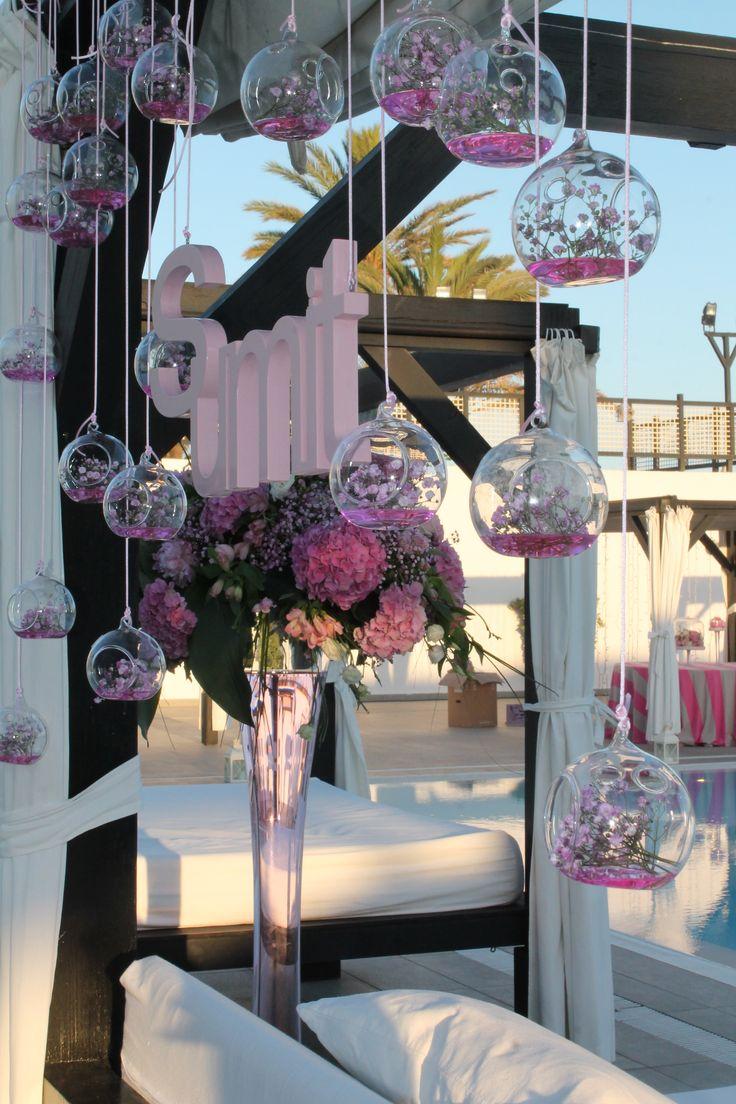 Decoracion floral en originales recipientes de cristal para decorar tu boda en Club La Cabane Marbella