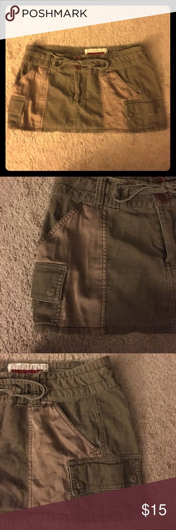 HOLLISTER skirt Hollister skirt. One of my absolute favorite skirts I've EVER had!!! In perfect condition!! Brown with satin brown pockets. You'll LOVE it!!! TRUST ME!!! I HATE I have to sell it!! Needs someone that can get some really good wear out of it!! Wear it cute and casual or dress it up!!😍💝 Hollister Skirts Mini