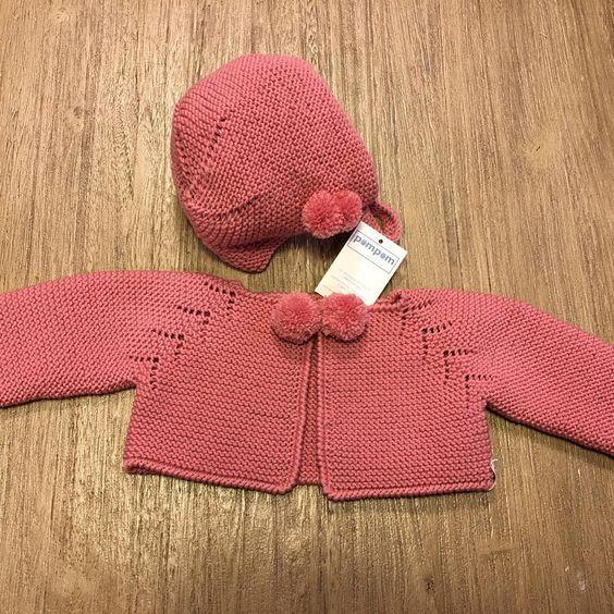Conjunto rosa chaqueta y capota con pompones. #hechoamano #masmodelos #mascolores #hechopormiparati #niñosconencanto