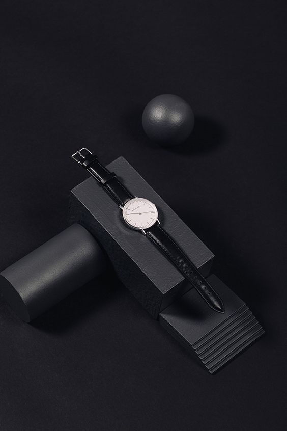 El diseño del reloj Black is Back se inspira en el minimalismo y la geometría. Combina plateado en la esfera de 34 mm y en el cierre, y el negro en su correa de PU intercambiable. La parte trasera de la esfera es de acero inoxidable y cuenta con un mecanismo de movimiento de precisión japonés para aportar el máximo resultado y sofisticación. Además, es resistente al agua hasta 3 ATM.