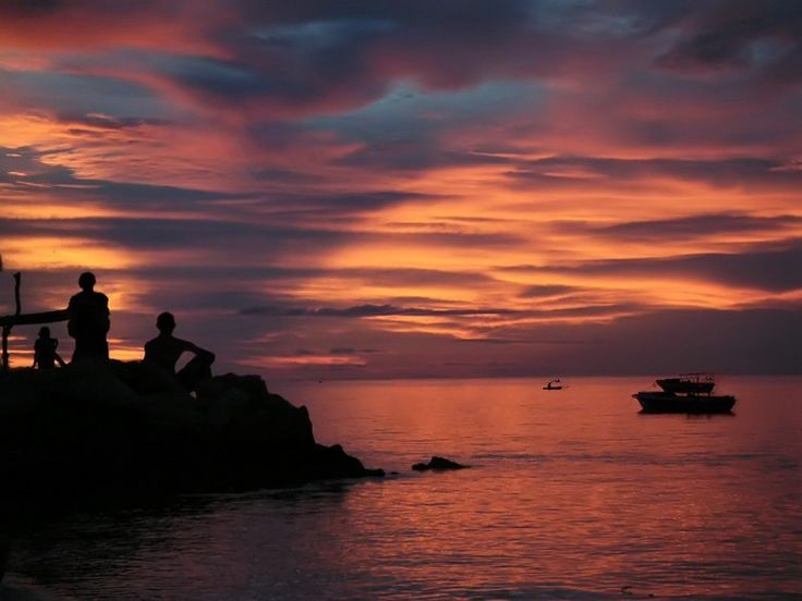 Le crépuscule après le coucher de soleil sur le détroit de Makassar à Balikpapan. Ce détroit, entre l'île de Bornéo et l'île de Sulawesi, relie la mer de Célèbes et la mer de Java. Rares sont les lieux susceptibles de rivaliser avec l'Indonésie pour admirer de beaux couchers de soleil.
