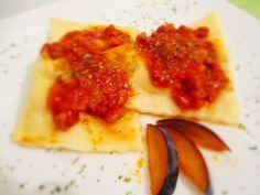 Ravioli con Ragù di magro e prugne: ravioli fatti in casa con ripieno di ricotta #unarossaincucina