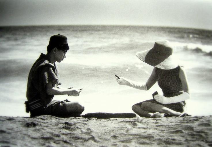 由比ガ浜で矢川澄子とコイコイをする澁澤龍彦  (1965年)-細江英公