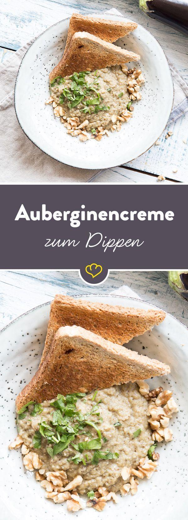 Würzige Auberginencreme sorgt mit Petersilie und Walnüssen für die nötige Abwechslung im Dipschälchen. Da lohnt sich das Eintunken mit Crackern und Brot.