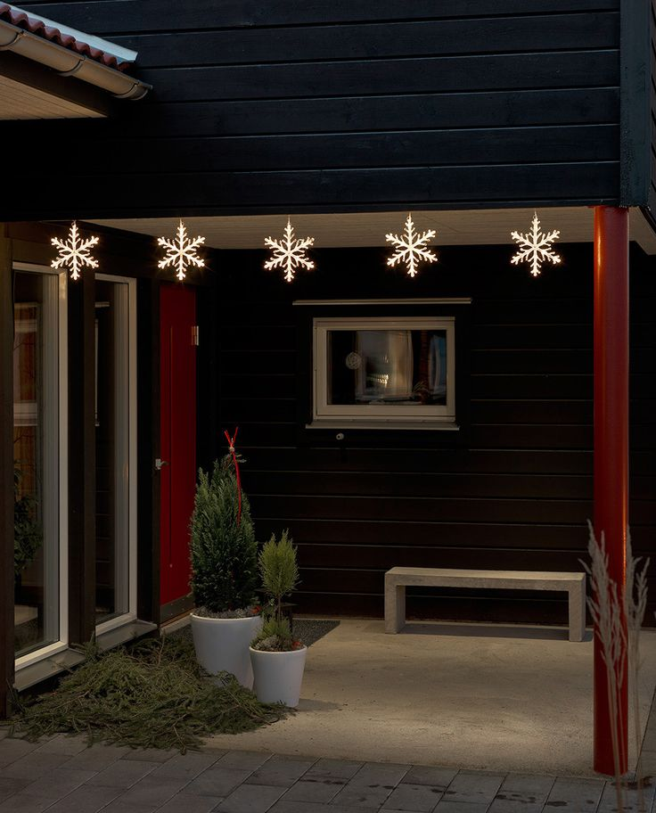 Utendørs LED slynge med 60 varmhvite lys fra Konstsmide. Slyngen har 5 vakre snøfnugg som vakkert vil lyse opp hagen i vintersesongen. Du kan såklart også bruke slyngen innendørs.