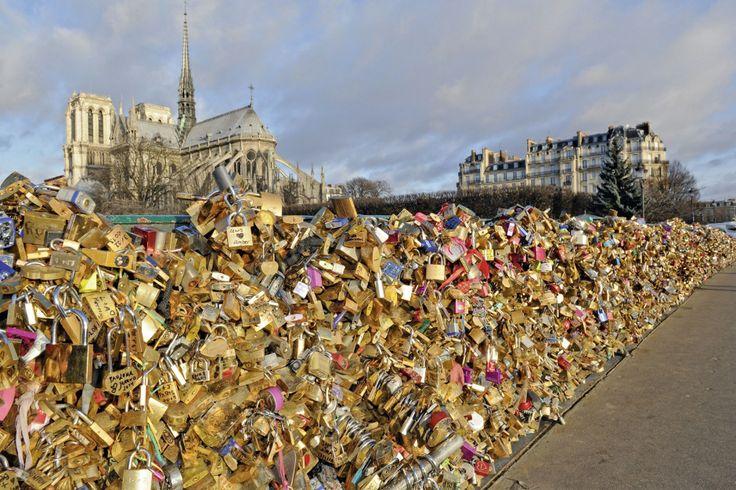 PARIS ROMANTIQUE: LES CADENAS D'AMOUR Depuis 2008, les couples viennent du monde entier se déclarer leur flamme sur deux ponts, derrière Notre-Dame et devant le Louvre.
