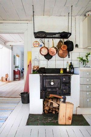 Wunderschöner rustikaler Ofen in einer ländlichen Küche