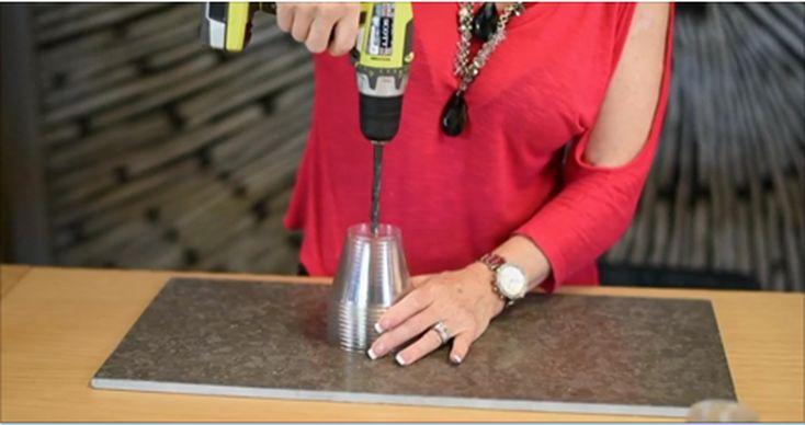 Она просверлила дыру в стопке пластиковых стаканчиков. Ее творение выглядит невероятно загадочно!
