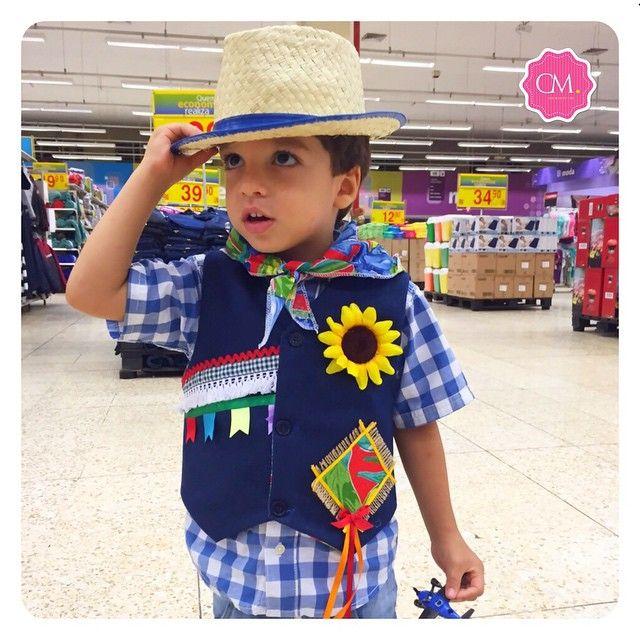 E eles já começam a aparecer por aqui: O Rafa escolheu seu colete pessoalmente,  e amou tanto que quis sair já prontinho, atrás de um chapéu. Pense num matuto arretado! ❤️Lindoooo