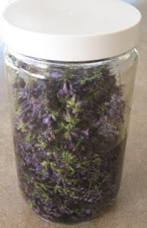 Beyond A Garden: How To Make Lavender ExtractLavender Flow, Lavender Extract, Extract Recipe, Pearls Lavender Lac, Lavender Glaze, Herbs Ideas, Gardens Herbs, Diy, Crafty Ideas
