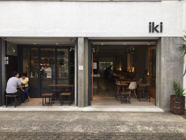 さて 今回は東京の清澄白河にあります Iki Espresso Tokyo さんでございます 外観は とてもフォトジェニック コンクリートの感じと オープンな入口 Iki の文字がとてもオシャレ 店内に入ると すぐ左にレジカウンターがあります スイーツ系がショーケースに