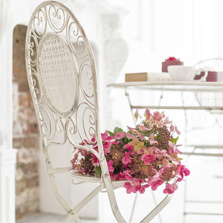 Складные  стулья «Монсо» шикарно выглядят в интерьере,  они подчеркнут индивидуальный стиль и приведут в восторг не только членов семьи, но и гостей. Плавные линии на изгибах ножек эффектно сочетаются с легкой ажурной спинкой. Витые элементы подчеркивают изящество всей композиции. #мебель, #садоваямебель, #стул, #металлическаямебель, #французскийстиль, #furniture, #chair, #objectmechty