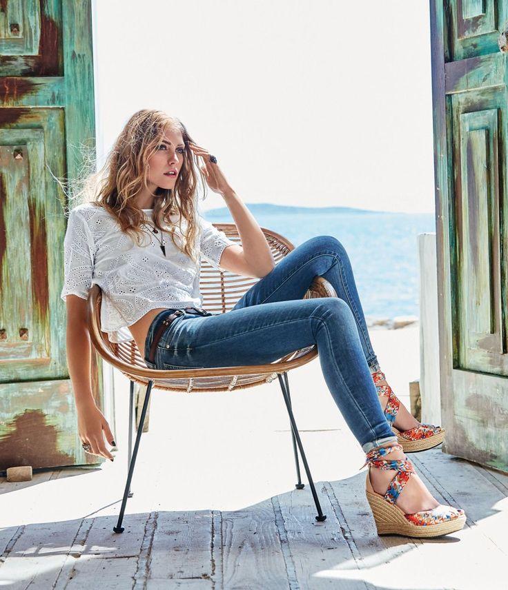 Be happy, be cool. Sommerliche Used-Färbung mit trendigen Knitterdetails - diese lässige skinny Röhre in modisch verkürzter Five-Pocket-Form hat garantiert das Zeug zum Lieblingsstück!