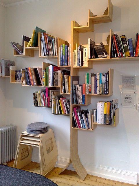 La Chica del Maletín nos aporta la idea de un árbol como libreria, puedes adaptarla a cualquier espacio