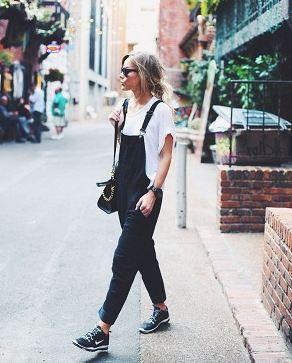 つなぎ(オールインワン)はデニム、白黒や紺、赤やカーキなどカラ-も豊富。似合う靴もスニーカーやスリッポン、パンプスなど様々だし、インナーも色々!クロップドやショート丈(半ズボン)も人気ですね。春夏&秋冬の海外スナップ画像を参考にどうぞ。