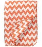 Zacht wiegdeken van fleece met chevron dessin. De deken is rondom afgewerkt met roze stiksel en is aan twee zijden te gebruiken.