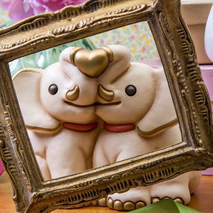 Oggi è la #giornata #mondiale del #bacio.... Scopri la simpatica #coppia di #elefanti che si regalano uno splendido bacio, uno dei fantastici #oggetti in #ceramica dipinta a #mano realizzati da #Thun.
