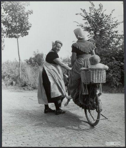 Kindje achterop zit een prachtig zitje. klederdrachten, zeeland Datum 15 juli 1952 Trefwoorden fietsen, klederdrachten, vrouwen Fotograaf Andriesse, Emmy