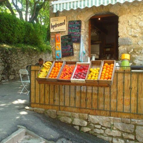 Scipion - Moustiers Ste Marie - Point de vente d'une ferme bioclimatique apicole, situé dans le village, avec possibilité de déguster sur place les produits de la ferme : bière artisanale à base de miel, hydromel, miel du Verdon et autres produits dérivés. Les jus de fruits faits maison feront le bonheur de vos papilles !