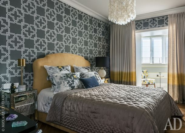Спальня. Кровать, Estetica. Прикроватные зеркальные тумбочки, ATable. Настольные лампы, Visual Comfort Gallery и Danish-Storе.