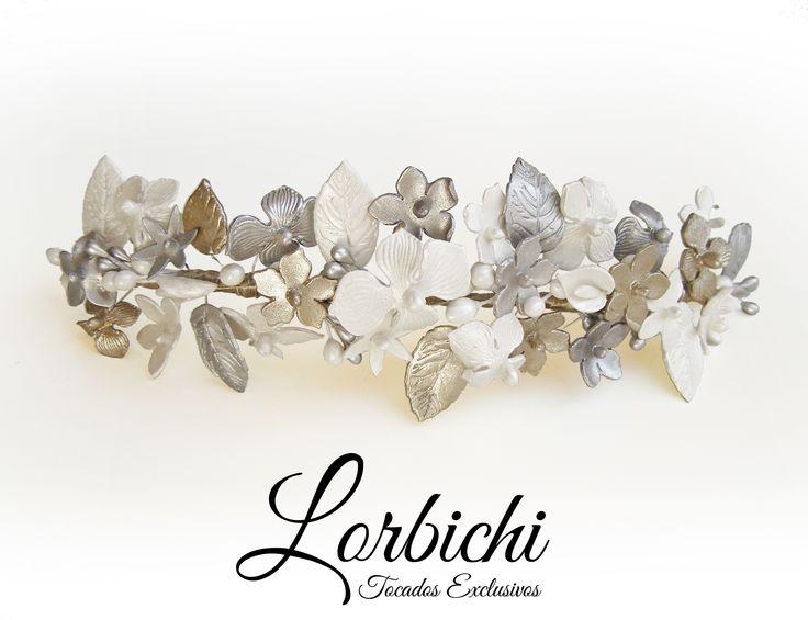 Media tiara de flores de porcelana, en blanco nácar, dorado champán y plata. Con…