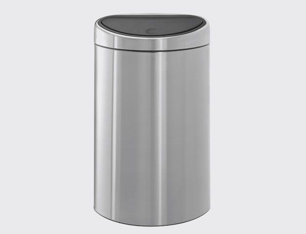 Cubo Twin Bin 23/10 litros. Un cubo para los desperdicios con dos ventajas muy diferentes pero a la vez complementarias: una ventaja ecológica que permite separar los residuos orgánicos y compostables del resto de residuos combinada con la elegancia de un cuerpo ovalado agradable a la vista. Cierre con toque suave. Dos cubos interiores: uno de 23 litros y otro de 10 litros. Acabado mate. Brabantia.