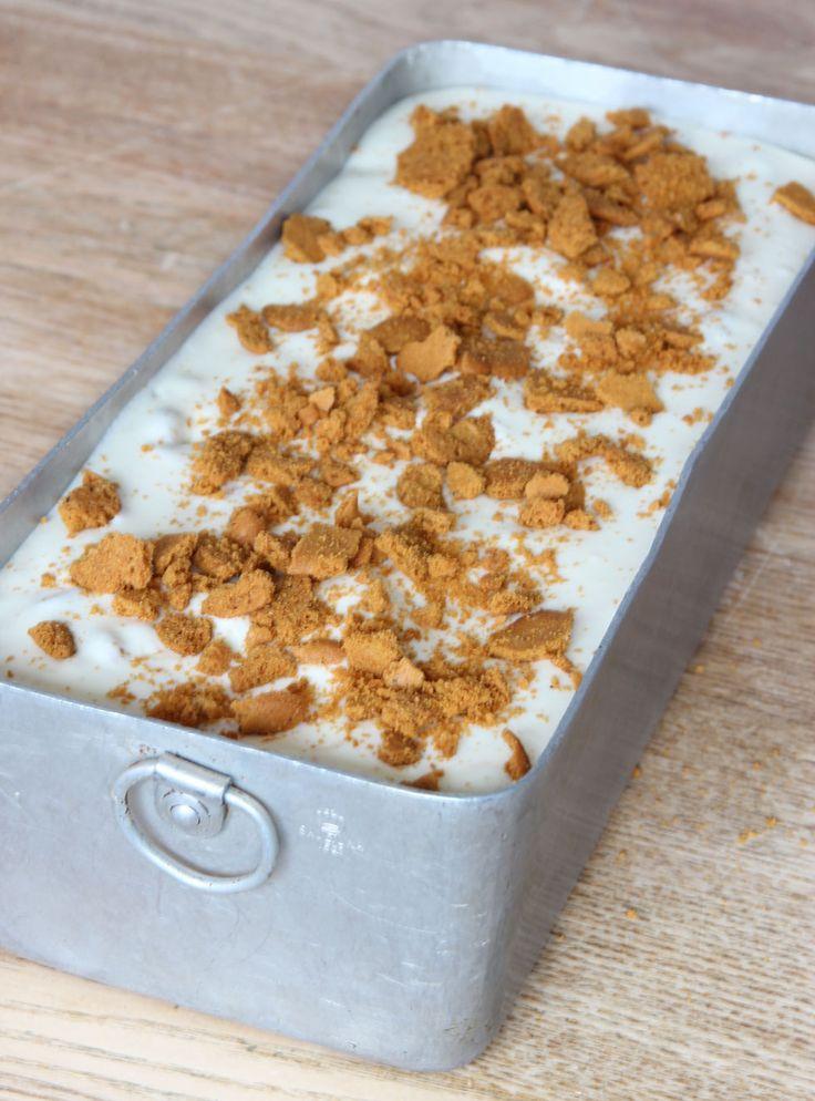 4. Häll glassmeten i en limpform, ca 1 ½ liter. Strö lite krossade pepparkakor på ytan. Täck formen med plast och ställ den i frysen i ett par timmar tills den är genomfryst. Ta fram glassen en stund före servering. Servera glassen i strutar eller på tallrik.