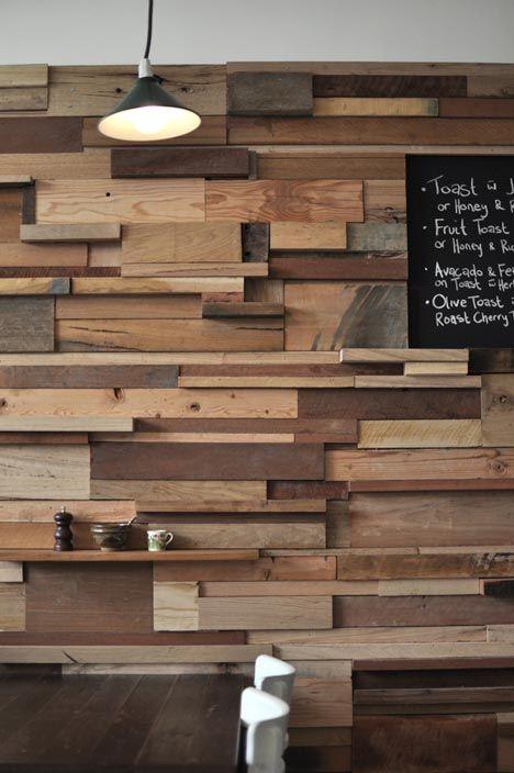 Café Slowpoke, em Melbourne (Australia), por Sasufi (designer): parede de 12 metros em pedaços de madeira usada.  Slowpoke Cafe in Melbourne (Australia), by Sasufi (designer): 12 meter-long wall covered in used timber offcuts.