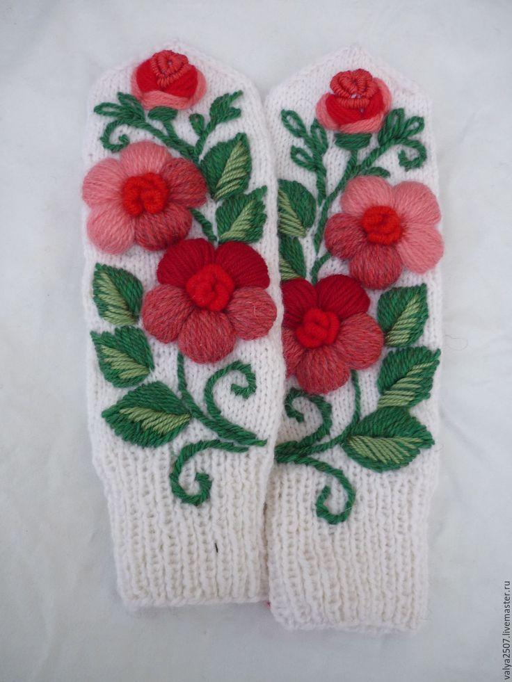 Купить варежки с ручной вышивкой в красных тонах 02 - комбинированный, цветочный, варежки ручной работы