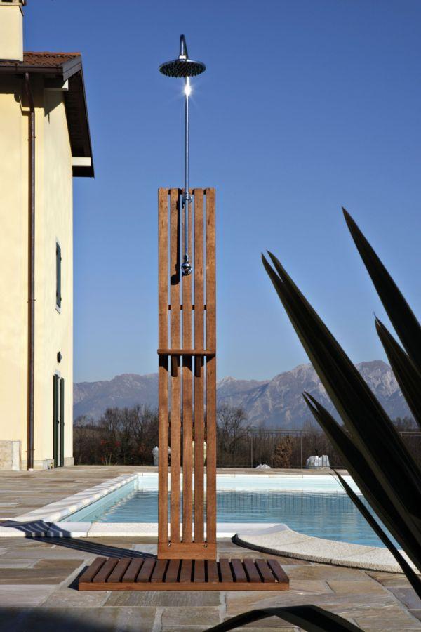 doccia da esterno in legno ideale per giardino