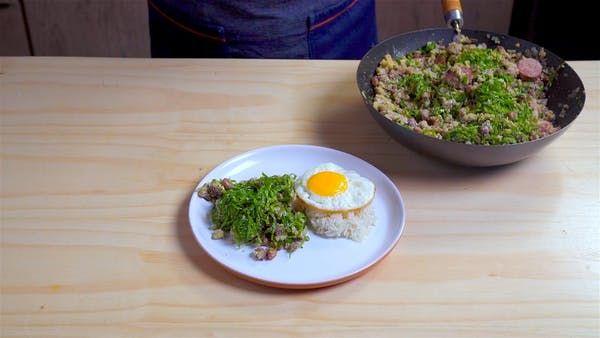 Receita com instruções em vídeo: Feijão Tropeiro, esse prato típico da culinária brasileira vai ser a estrela principal do almoço em família!      Ingredientes: 3 colheres de azeite de oliva para refogar, 5 ovos batidos, 5 dentes de alho, 1 maço de couve manteiga cortado em tiras, 100g de linguiça calabresa, 100g de bacon em cubos, 200g de carne seca desfiada e dessalgada, 1 cebola grande picada, 500g de feijão carioca pré cozido e drenado, 1 xícara de farinha de mandioca, ½ maço de…