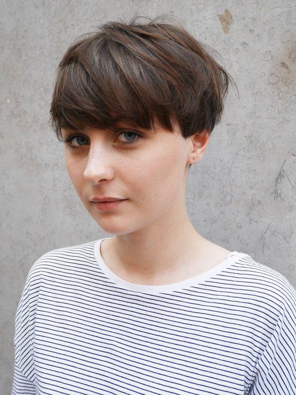 重めの前髪がフェミニンなパリジェンヌ流ショートヘアを拝見。