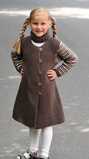 Denne strikkeopskrift er på til en lang jakke i nem retstrik. Jakken kan fungere som lunt overtøj over de fine kjoler, når det bliver lidt varmere i vejret.