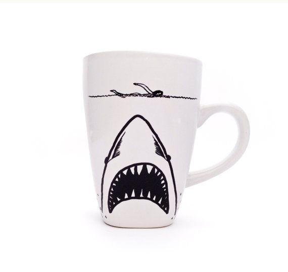 Shark Week- JAWS Mug sur Etsy, 11,58€                                                                                                                                                                                 Plus