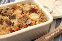Il riso al forno bianco con salsiccia funghi e carciofi è un primo piatto ricco e gustoso perfetto per le feste o per altre occasioni come il Carnevale.