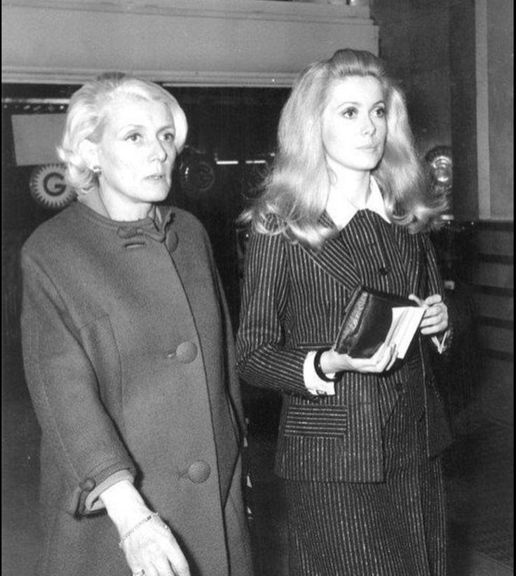 Renée Simonot, 106 ans, et sa fille catherine Deneuve ( 74 ans ) Mme Simonot fut la voix française de Olivia de Havilland (101 ans) dans beaucoup de ses films. Et je trouve ça exceptionnel qu'en ce jour Du 25 octobre 2017 que ces 3 légendes sont avec nous.❤️
