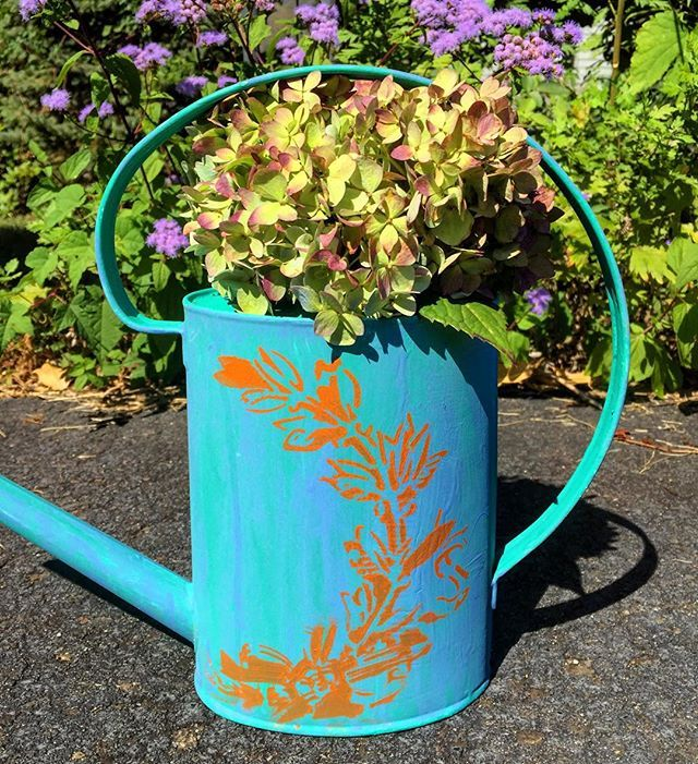 Gardening never looked so glamorous! ✨We added pizzazz to our plain metal watering can with Chalk Paint® in #florence as the base, #greekblue as the drippy layer on top, followed by a wreath stencil in #barcelonaorange. #anniesloan #chalkpaint #chalkpaintstockist #chalkpaintis25 #morethanpaint #diy #jardin #garden #decor #madeitmyown #paintpassionnj #paintpassion #redbank #nj