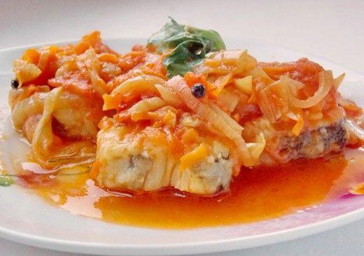 Рыба под маринадом  Как можно приготовить рыбу, чтобы получилось вкусно, много и полезно? Попробуйте несложное и аппетитное блюдо – рыбу под маринадом, которую ещё называют рыба под шубой. «Шуба» или маринад делается из овощей и томата, приправляется специями — в результате получается очень вкусная рыба и много ещё более вкусной подливки, которая на ура идёт с любыми гарнирами!