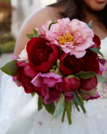 Lush pink and red peonies.: Bridal Bouquets, Wedding Trends, Bride Bouquets, Wedding Flowers, Gardens Rose, Wedding Plans Ideas, Bouquets Wedding, Pink Peonies, Peonies Bouquets