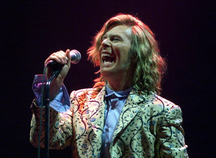 Performing at Glastonbury in 2000. | David Bowie: A Life In Pictures - BuzzFeed News