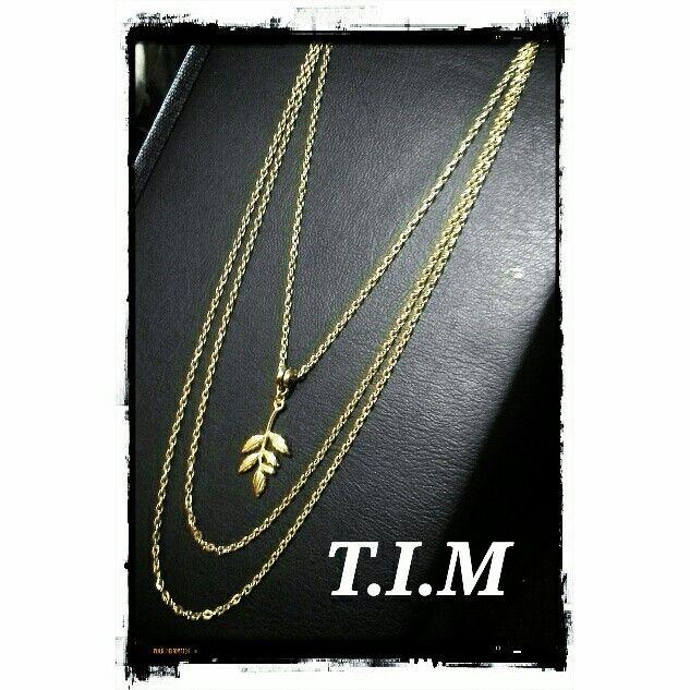 Triple choker chain leaf pendant