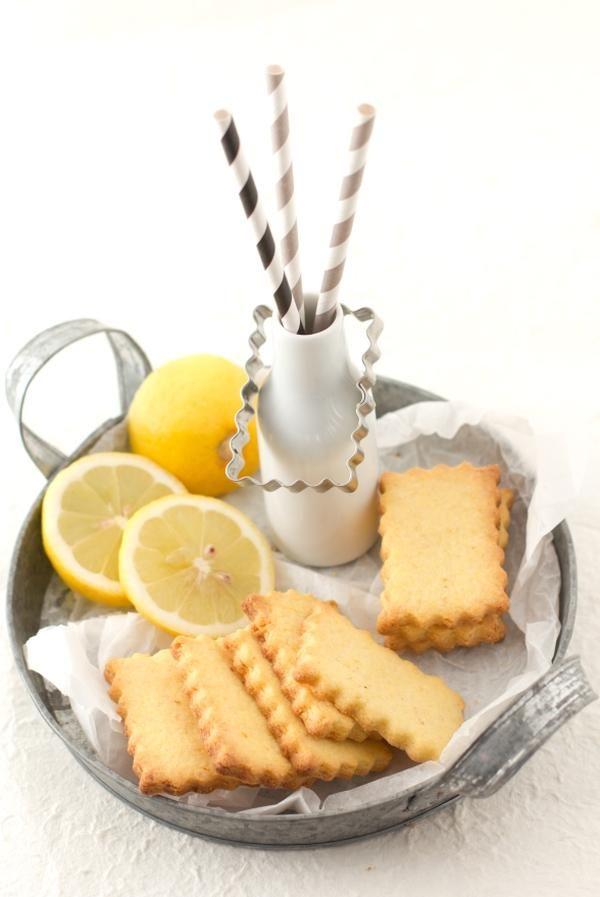 Polenta e limone #Ingredenti 150 gr di farina 75 gr di farina di mais 100 gr di burro 75 gr di zucchero 2 tuorli la buccia di un limone grattugiata un pizzico di sale #ricetta #polenta #limone