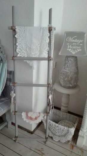 Oude bezem stelen ladder