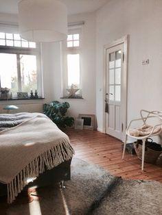 UMZUG - Foto von Mitglied Frilo  #solebich #interior #decor #bedroom #bed #chair #blanket #star #lamp #plant #rug #window #einrichtung #inneneinrichtung #schlafzimmer #bett #stuhl #decke #stern #lampe #hängeleuchte #pflanze #teppich #fenster