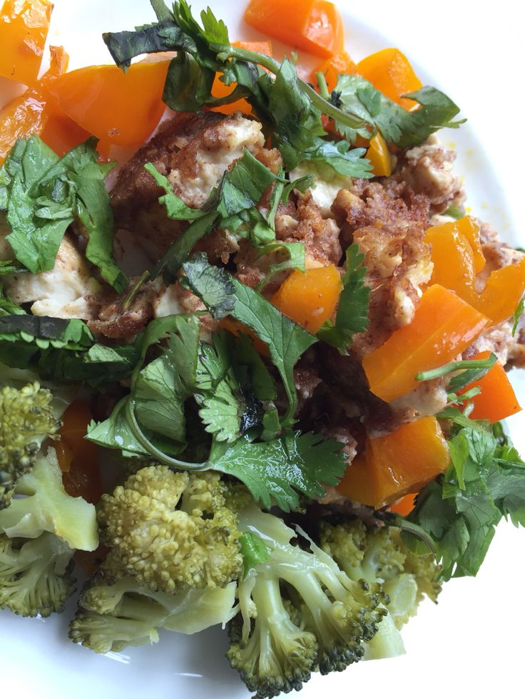 #LunchBox Recipe  Peanut Ginger Tofu Salad   Sauté the #Tofu till light brown in #CoconutOil let it cool In the same pan Sauté half a yellow pepper and set aside to cool as well.  Chuck the tofu back in the pan with some organic #PeanutButter #Sriracha & mince #Ginger and let it simmer for 1-2 minutes till all the flavours have combined. Garnish with coriander and a squeeze of lemon. I added some steamed #Broccoli on the side.   #Yummy #NomNom #Vegan #Vegetarian #organic #Mealideas #Recipe…