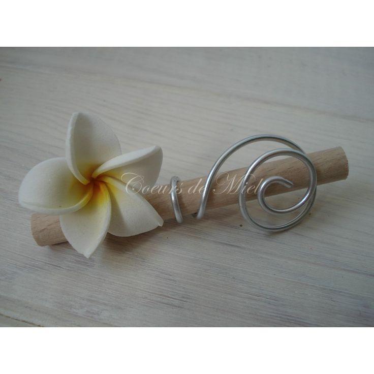 Marque place réalisé pour un mariage sur le thème EXOTISME, avec l'association de la fleur de frangipanier. Pièce de fabrication unique, créée sur mesure.