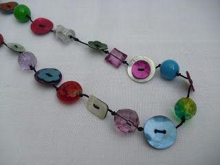 dituttounpobytitti: collana con bottoni e pietre colorate